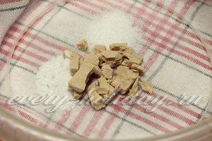 Смешиваем свежие дрожжи, соль и сахар