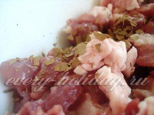 Добавляем измельченный лавровый листик к мясу