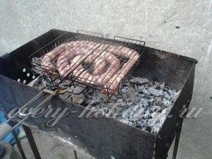 Обжариваем колбасу на решетке