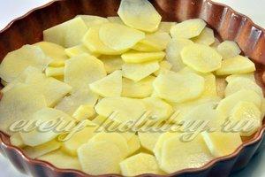 Половину картофеля кладу в форму