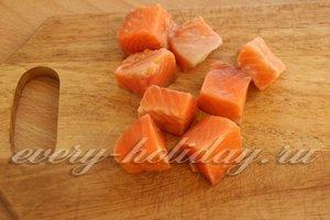 нарезать рыбу кубиками
