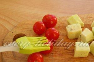 наносим на кабачки и помидоры-черри оливковое масло