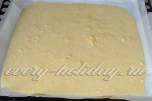 Переливаем яично-сырную массу на противень