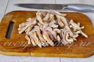свиные ушки  нарезать полосками