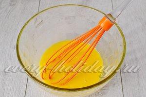добавим соль, яйца и соду