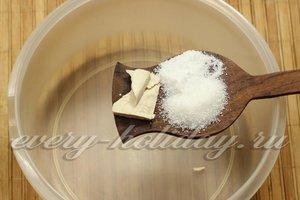 смешиваем дрожжи, соль и сахар