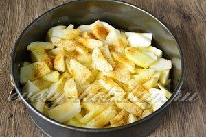 Яблоки очистить, нарезать, уложить в форму