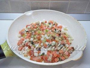 Сковороду нагрейте и положите в них замороженные овощи.