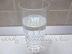 В стакан налейте воду, положите соль и хорошо перемешайте