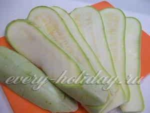 Кабачки помойте и порежьте вдоль тонкими пластинами, толщиной около 5 мм