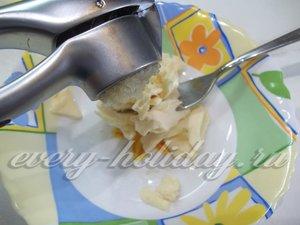 Плавленый сыр натрите на крупной терке. Чеснок выдавите через пресс