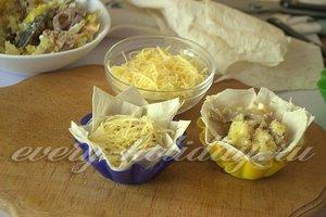 уложите начинку и сыр