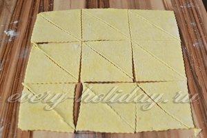 тонко раскатываем тесто и нарезаем