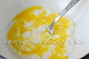 перемешиваем взбитое яйцо и творожную массу