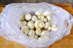 складываем грибы в кулёк и всыпаем в него соль, специи, масло