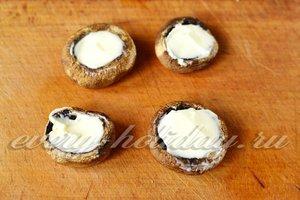 грибные шляпки начиняем мягким сливочным сыром