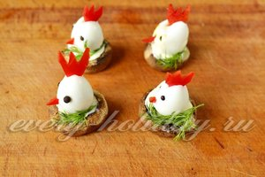 Далее кладём яйца – петушки