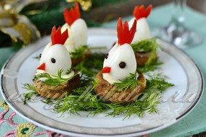 Новогодняя закуска «Петушки в гнезде»