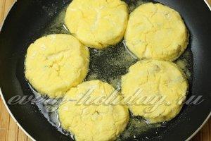 Сырники сразу после формовки выкладывать в горячее масло