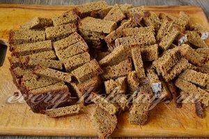 Нарезаем кубиками ржаной хлеб