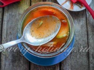 Заливаем горячим томатным маринадом овощи