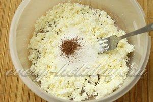 добавляем сахар и пряности