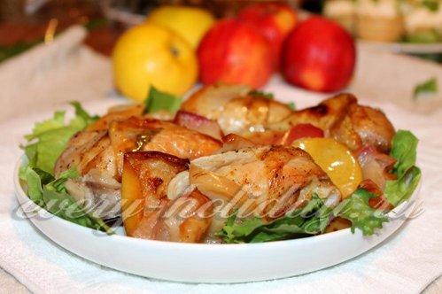 Куриные ножки с яблоками в духовке