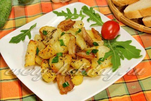 Запеченный молодой картофель с беконом и чесноком
