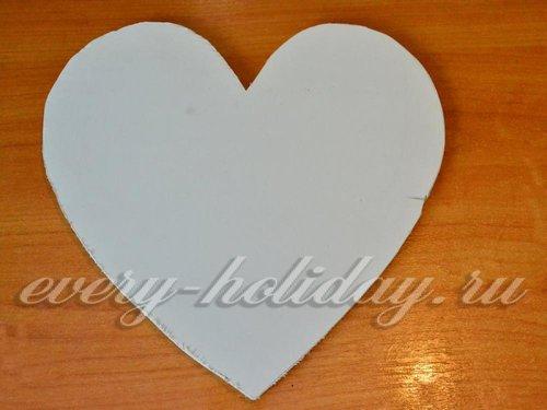 из сендвич-панели или плотного куска картона нужно вырезать сердце, размером с заготовку
