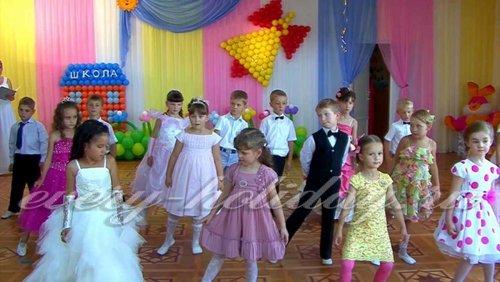 Дети исполняют танец