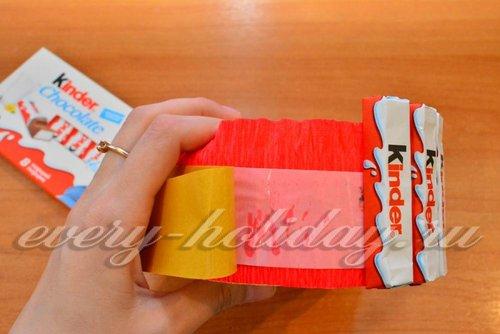 Отклеиваем второй слой бумаги и начинаем постепенно прикладывать к скотчу плитки шоколада.