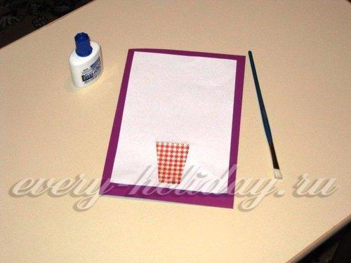 В нижней части белого листа приклеить вазу