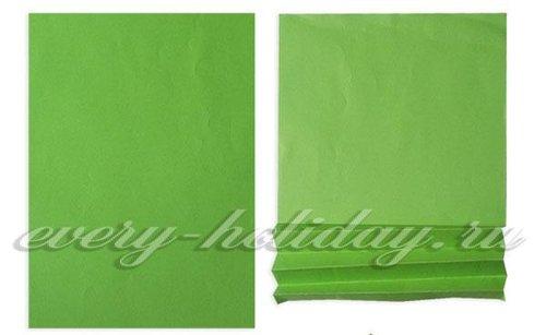 Лист зеленой бумаги складывают гармошкой, делая линии сгиба через каждые 1,5–2 см