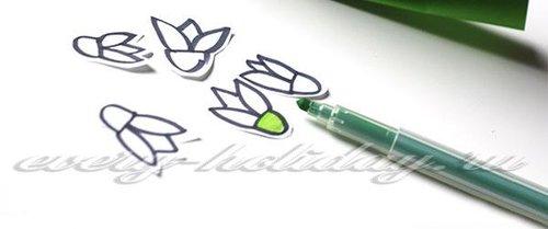 На белой бумаге черным фломастером рисуют подснежники, часть цветка, прилежащую к лепесткам, зарисовывают зеленым