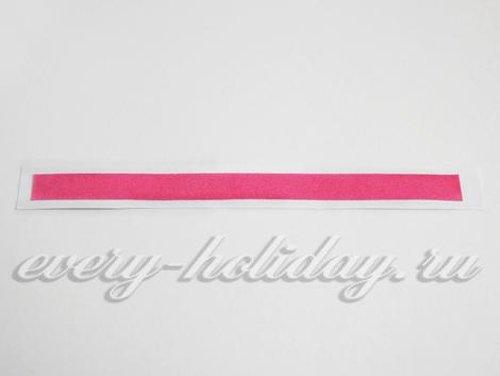 Приклеивают розовые декоративные элементы на корзину и ручку
