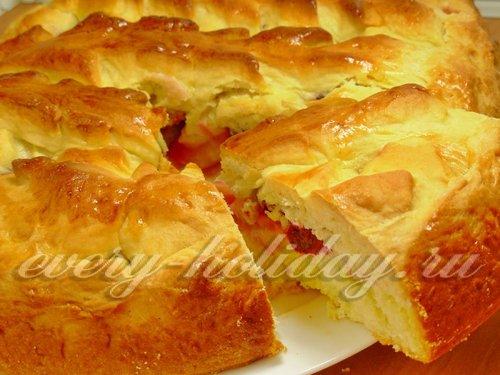 Сладкий пирог из дрожжевого теста с яблоками и вишней
