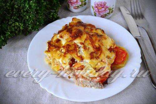 Мясо по-французски с картошкой и помидорами