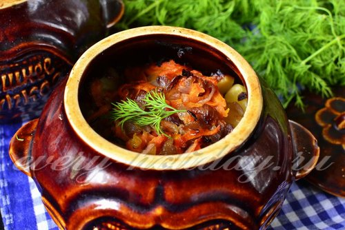 Жаркое в горшочках с мясом, грибами и картошкой