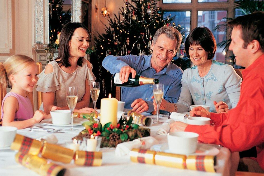 Картинки семья за праздничным столом