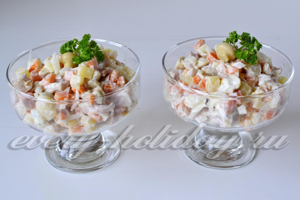салат с маринованными грибами и копченой
