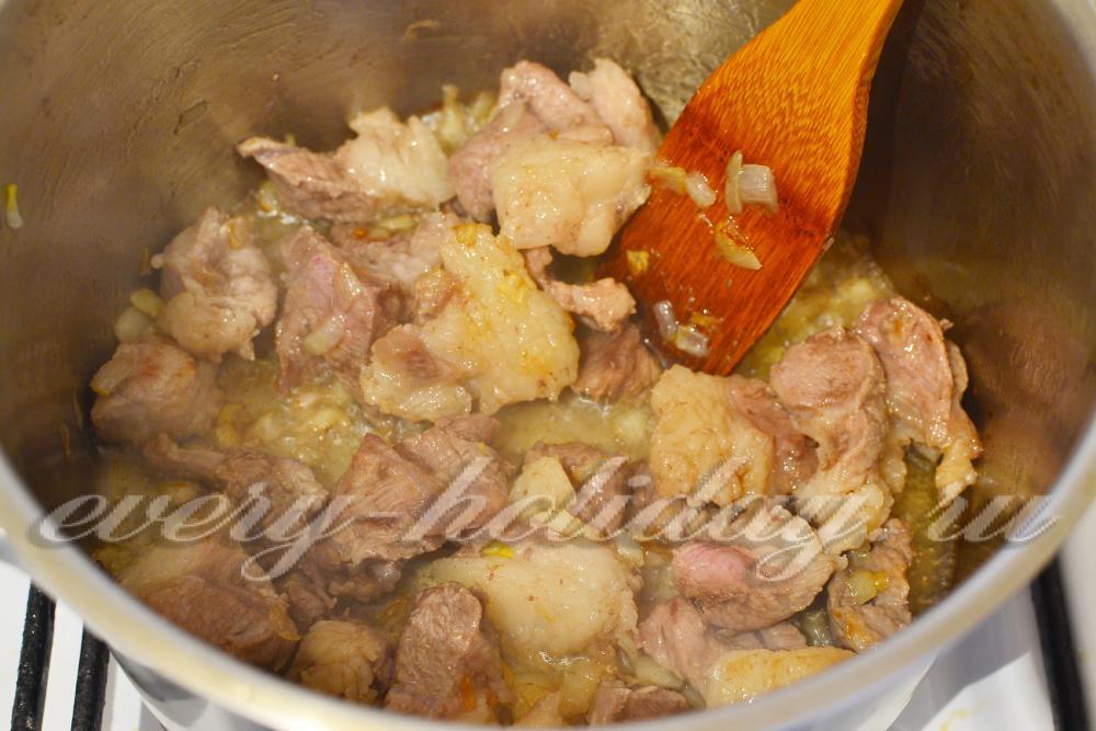 Знаете, можно приготовить правильный рассыпчатый плов из свинины в казане на плите у себя дома.