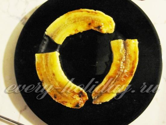 Выкладываем банан на тарелку