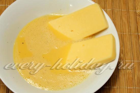 обмакнем сыр в яйца.