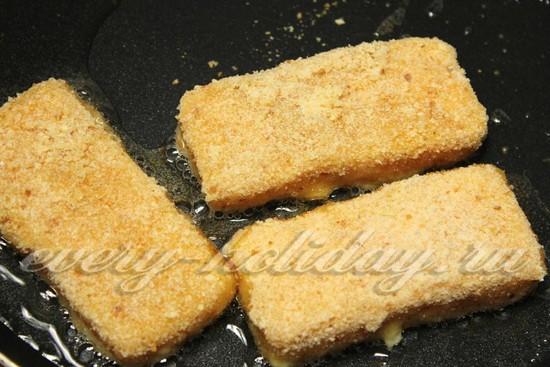 Выкладываем сыр в сковороду
