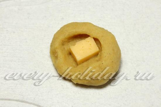 положите в пюре кусочек сыра