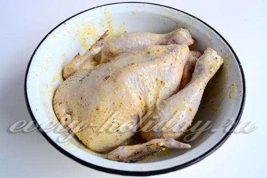 Курицу смазать маринадом