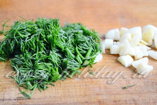 зелень и чеснок нарезать