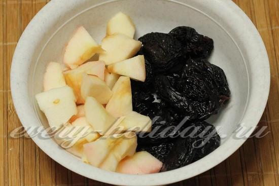 Яблоки и чернослив нарезать