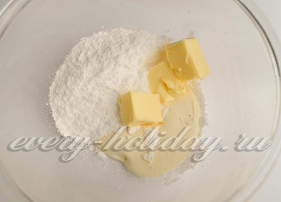 сливки смешайте со сливочным маслом и сахарной пудрой