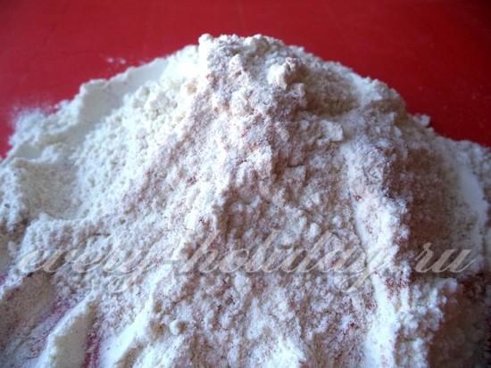 Перемешиваем муку с солью и паприкой